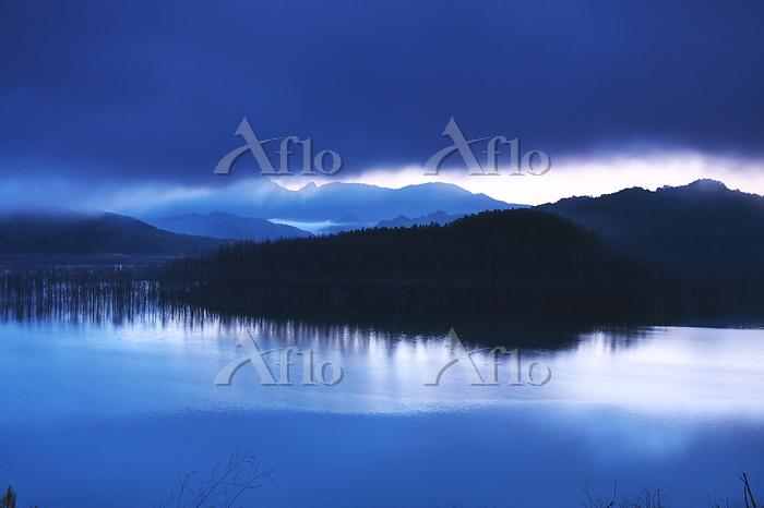 北海道 シューパロ湖(ダム)の朝と朝霧