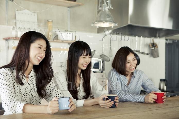 キッチンでくつろぐ20代日本人女性