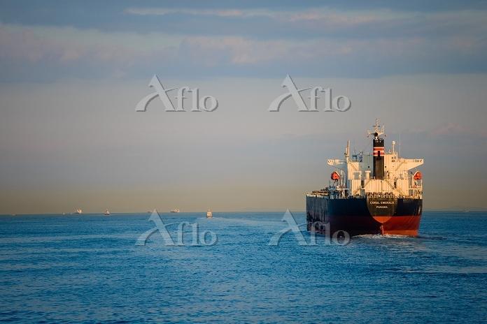 香川県 瀬戸内海と石炭の貨物船