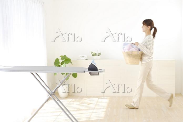洗濯物を運ぶ若い日本人女性