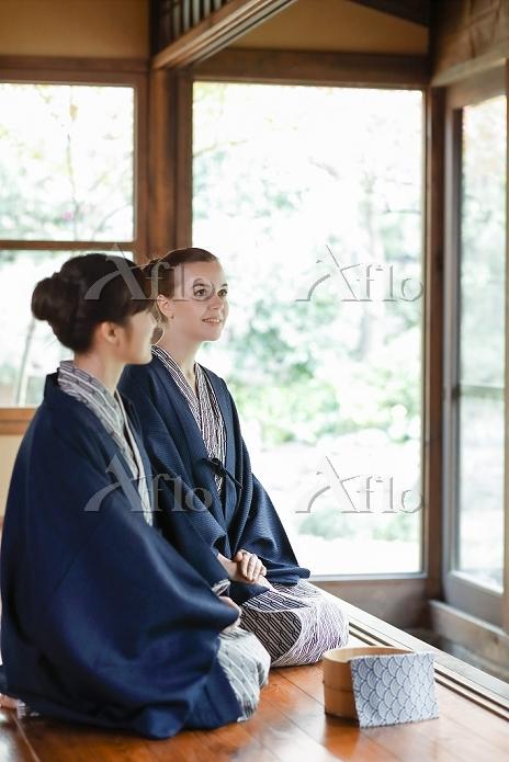 浴衣を着た外国人と日本人の女性