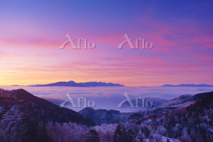 長野県 長和町 美ヶ原から望む朝焼けの八ケ岳連峰と富士山と雲・・・