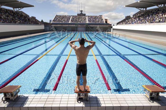 男子水泳選手の後ろ姿