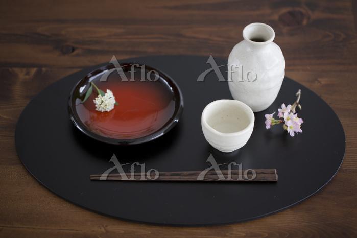 日本酒と和皿とコデマリと桜