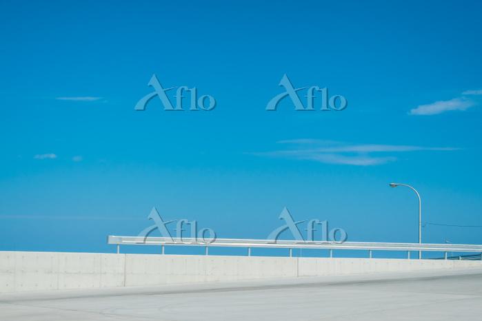 防波堤とガードレールと青空