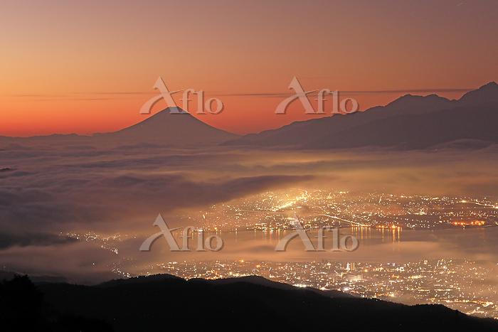 高ボッチから諏訪湖の街明かりと夜明けの富士山