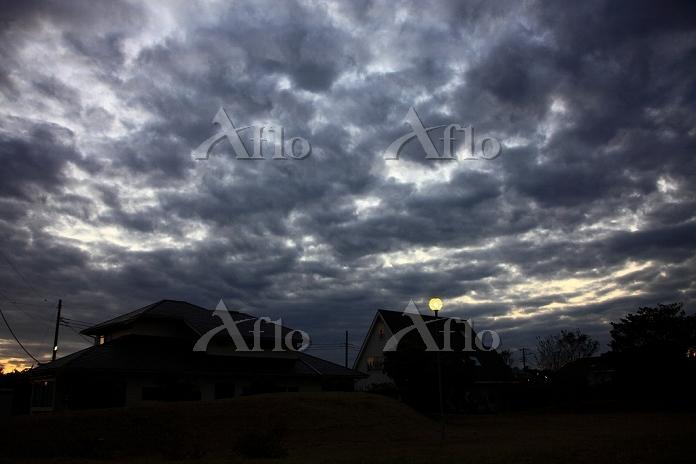 千葉県 住宅街の夕暮れと暗雲