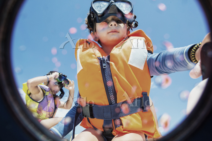 Toddler wearing life jacket an・・・