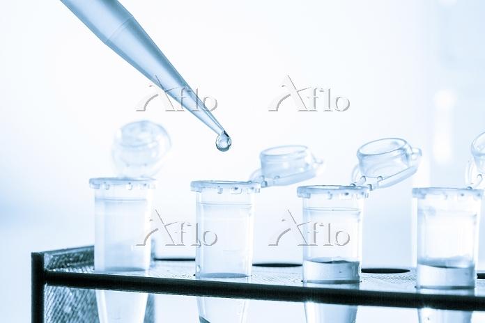 ピペットで試験管に液体を滴下する