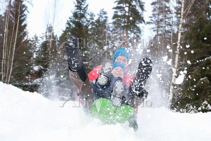 雪遊びをする親子