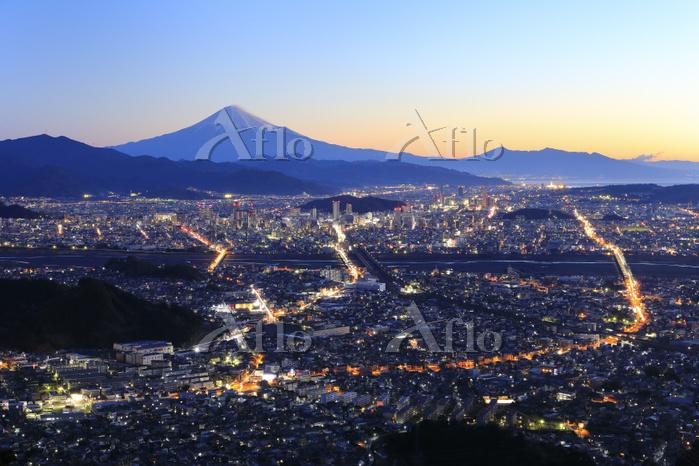 静岡県 朝鮮岩より望む夜明けの富士山と静岡市街の街明かり