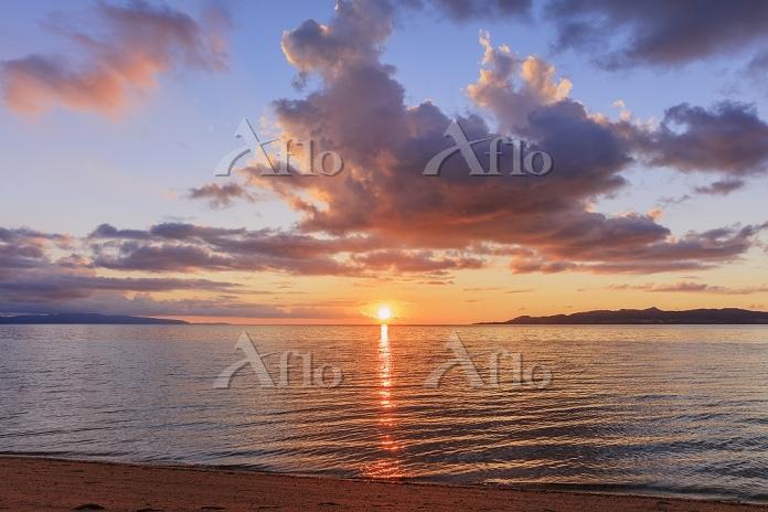 沖縄県 名蔵湾と西表島と崎枝半島と夕日 石垣島