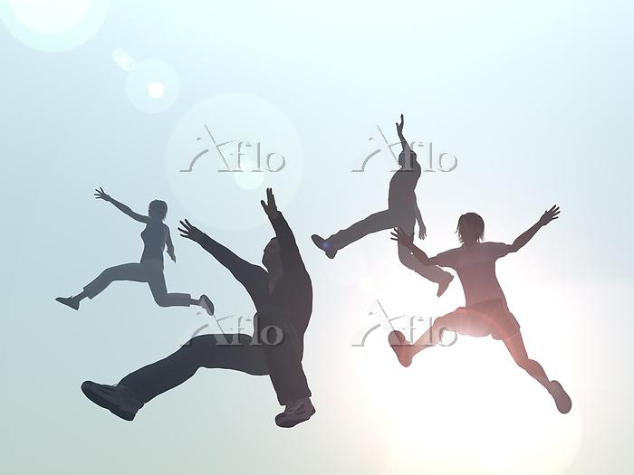 ジャンプする男女4人