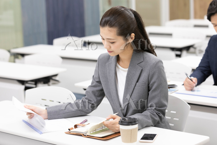 資料を見る日本人ビジネスウーマン