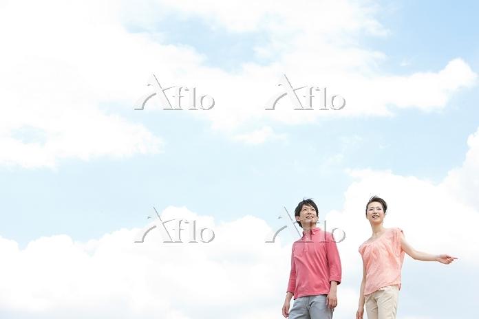 空を見上げている中高年夫婦