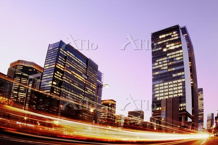 東京都 ビルの夜景と車の光跡