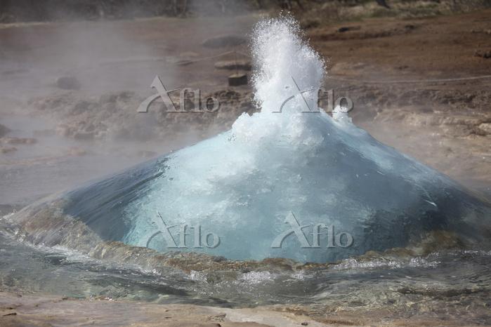Bursting water bubble at onset・・・