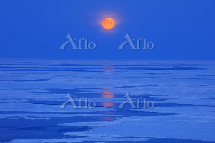 北海道 流氷と月 知床