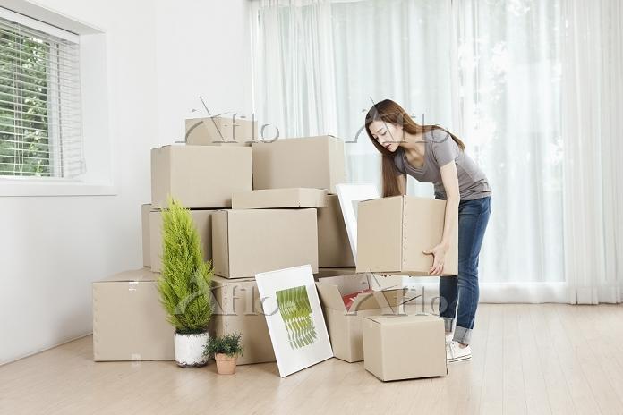 整理整頓する女性