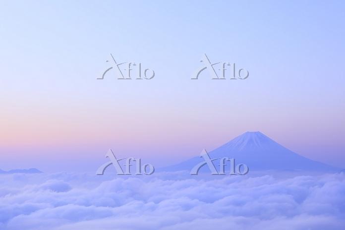 山梨県 朝焼けの富士山と雲海