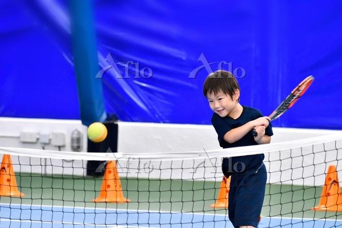 テニスを習う子供