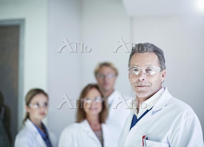 Portrait of senior male scient・・・
