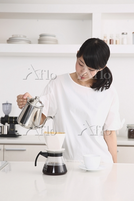 コーヒーをドリップする日本人女性