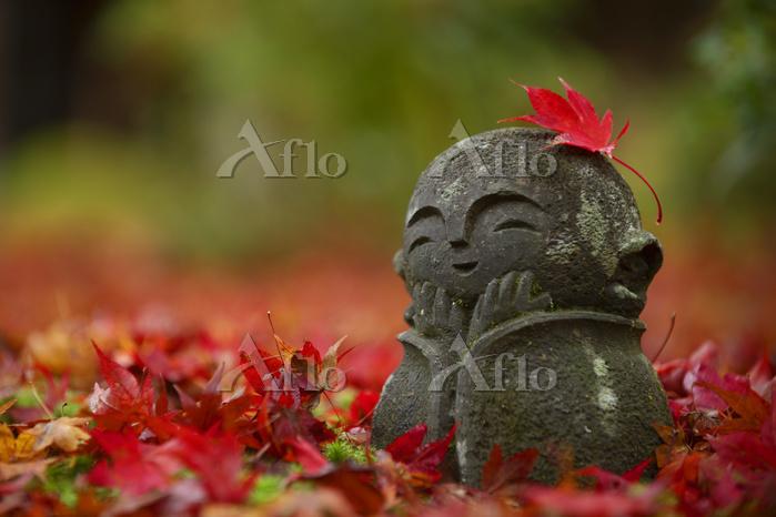 紅葉と石像  日本の色