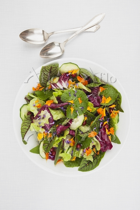 Bowl with salad on place mat, ・・・