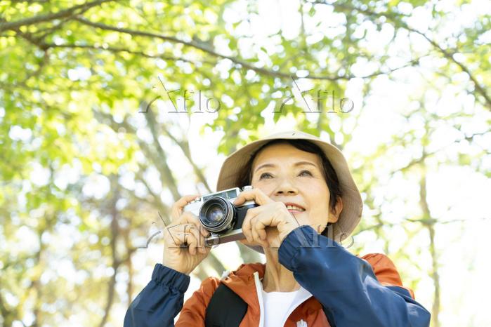 写真を撮るシニア日本人女性