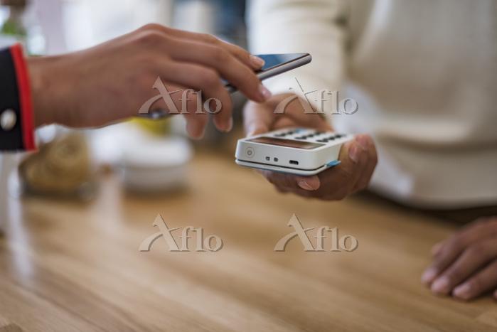 モバイル決済で買い物をするイメージ
