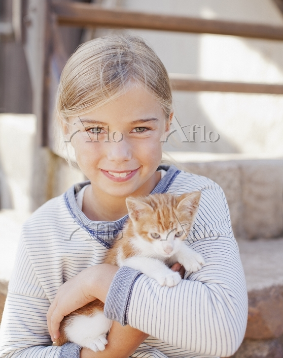 Portrait of smiling girl holdi・・・