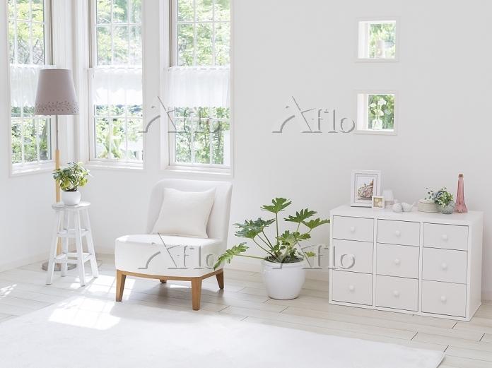 窓辺に置かれた白い椅子と棚