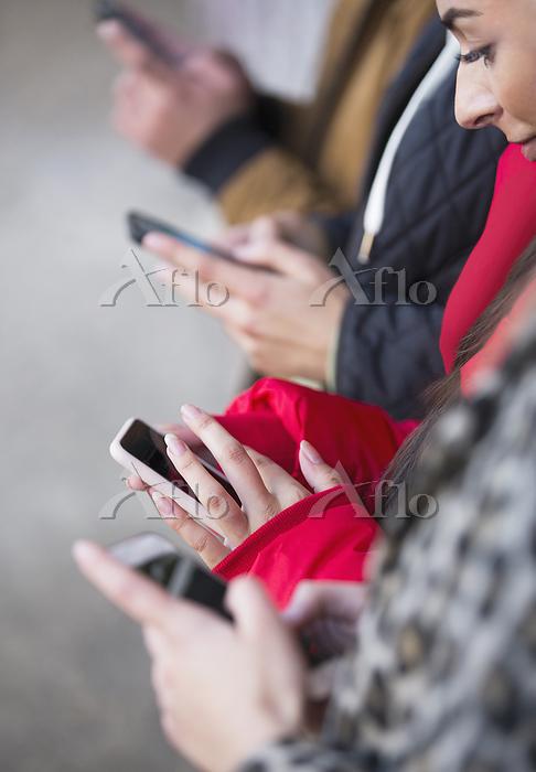 スマートフォンを操作する手元