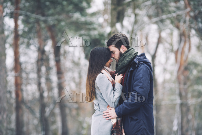 冬の林に立つカップル