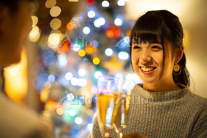 シャンパングラスで乾杯をする日本人カップル