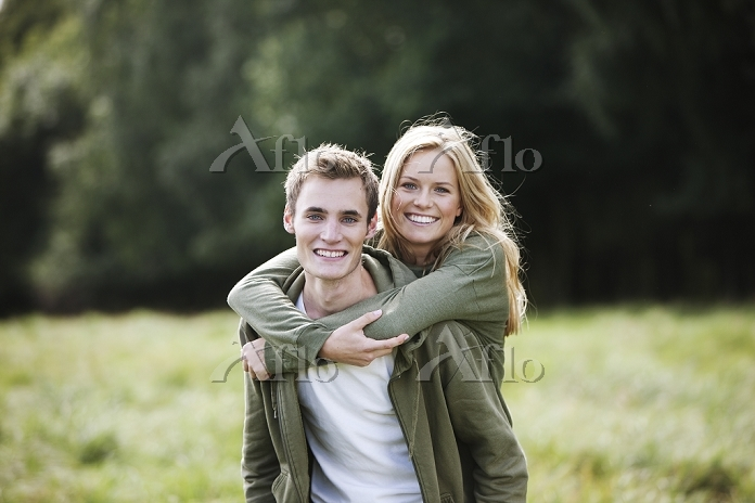 草原で微笑む外国人カップル