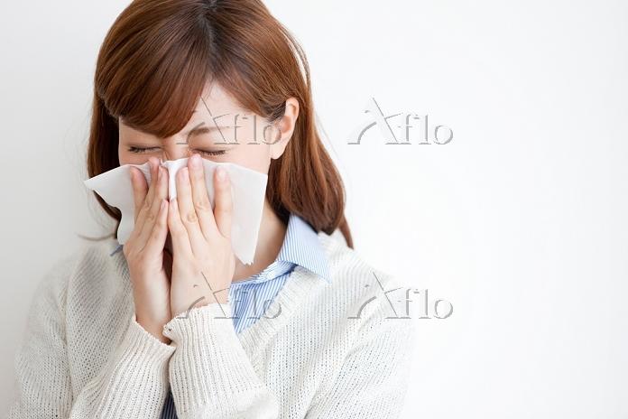 鼻をかむ日本人女性