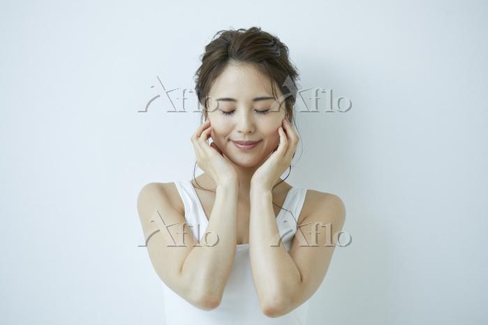 頬に手をあてる日本人女性