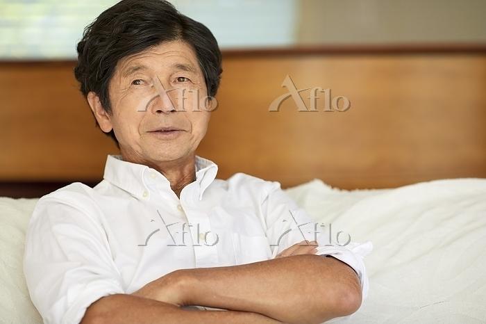 ソファでくつろぐ日本人シニア男性