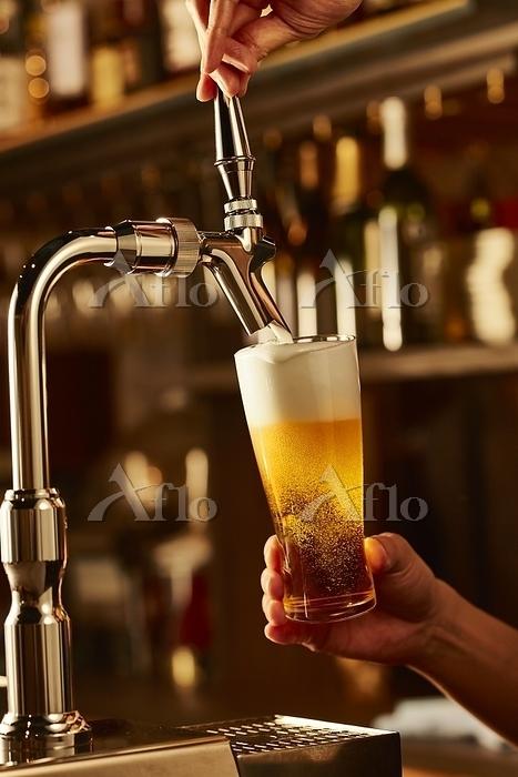 サーバーから注ぐビール