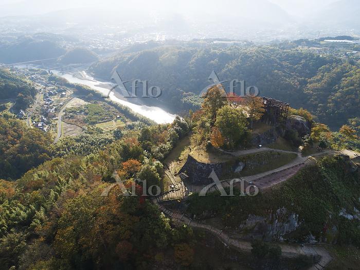 岐阜県 紅葉の苗木城跡と木曽川 ドローン空撮