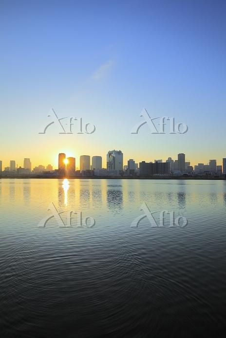 大阪府, 淀川河川敷から見る梅田方面の高層ビルと朝日