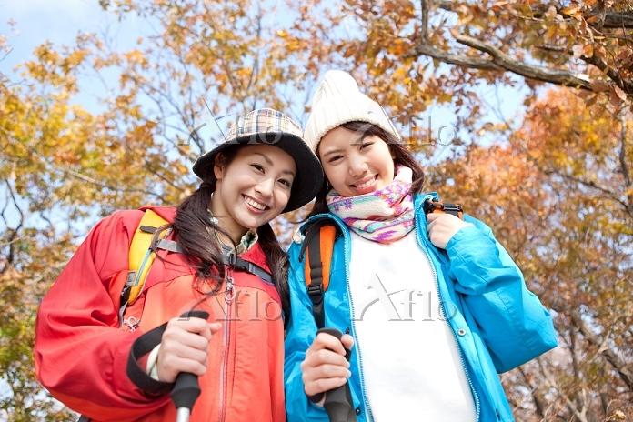 トレッキングをする笑顔の日本人女性