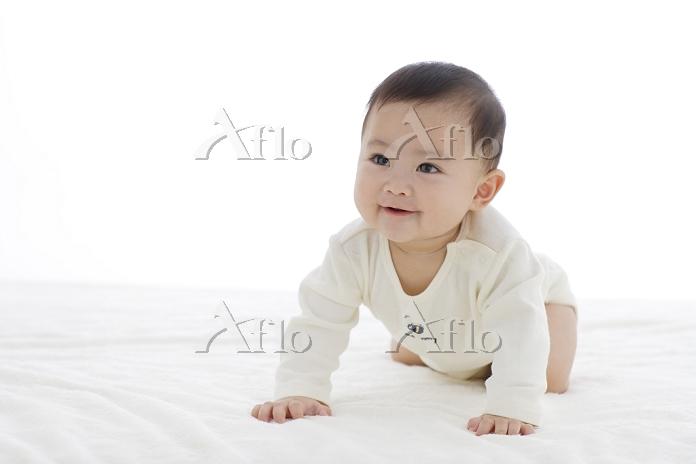 ベッドでハイハイする日本人の赤ちゃん