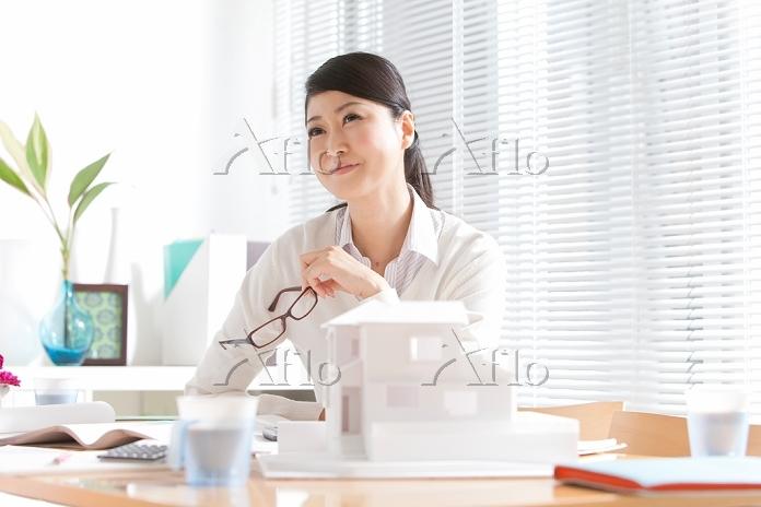建築模型を見ているビジネス女性