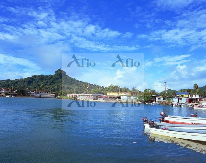 ミクロネシア・チューク州 チューク港とトナチャウ山