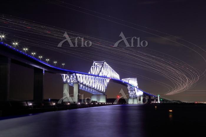 東京都 ゲートブリッジと羽田空港に着陸する旅客機の光跡