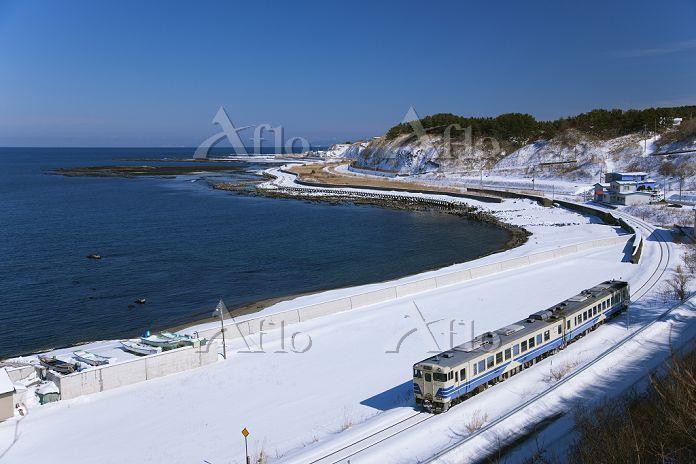 青森県 JR五能線 列車と日本海