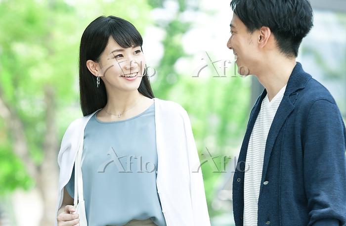 笑い合う男性と女性